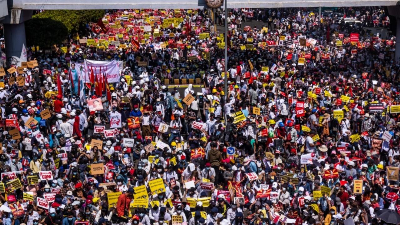 Силите за сигурност в Мианма с нощна операция срещу протестите