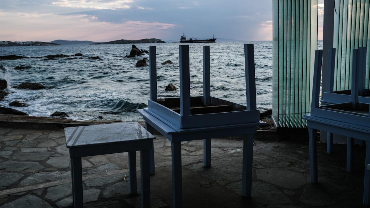 Гръцки ресторантьори връчват ключовете от заведенията си на Мицотакис