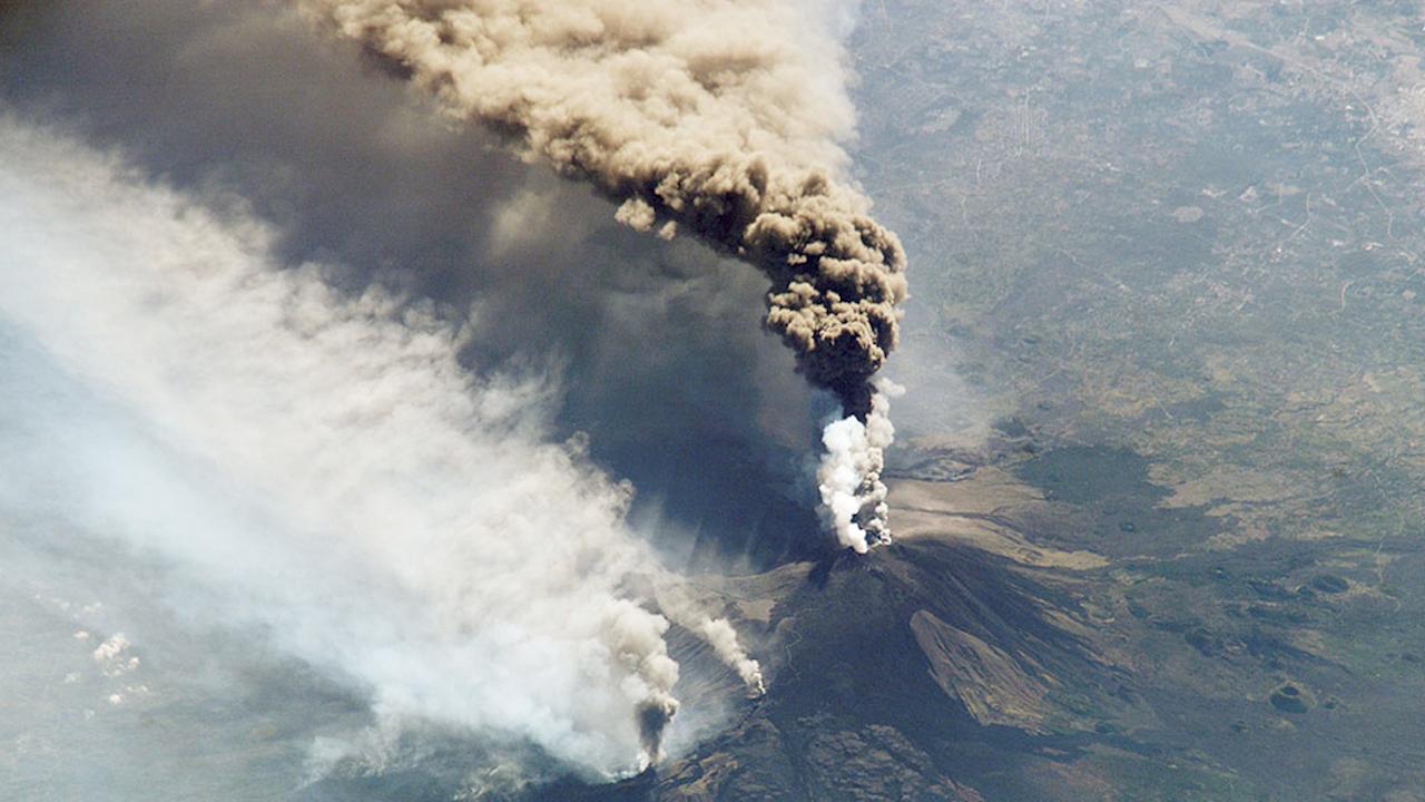 Етна продължава да изригва зрелищно