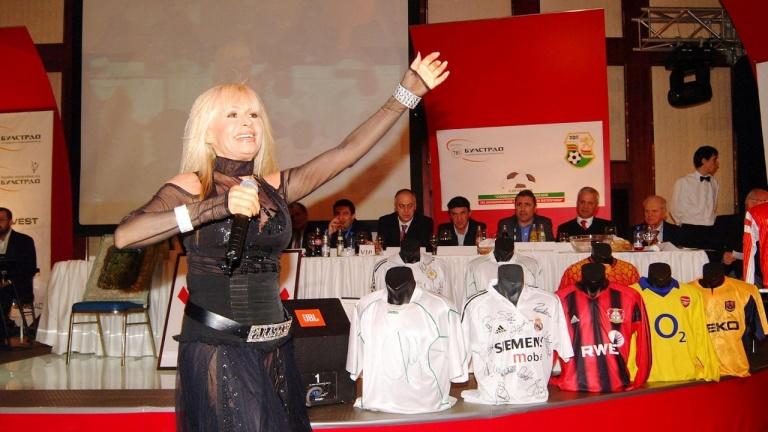 Лили Иванова честити празника с класика