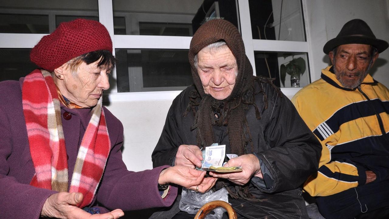 Изплащането на пенсиите и добавките от 50 лева към тях започва от днес