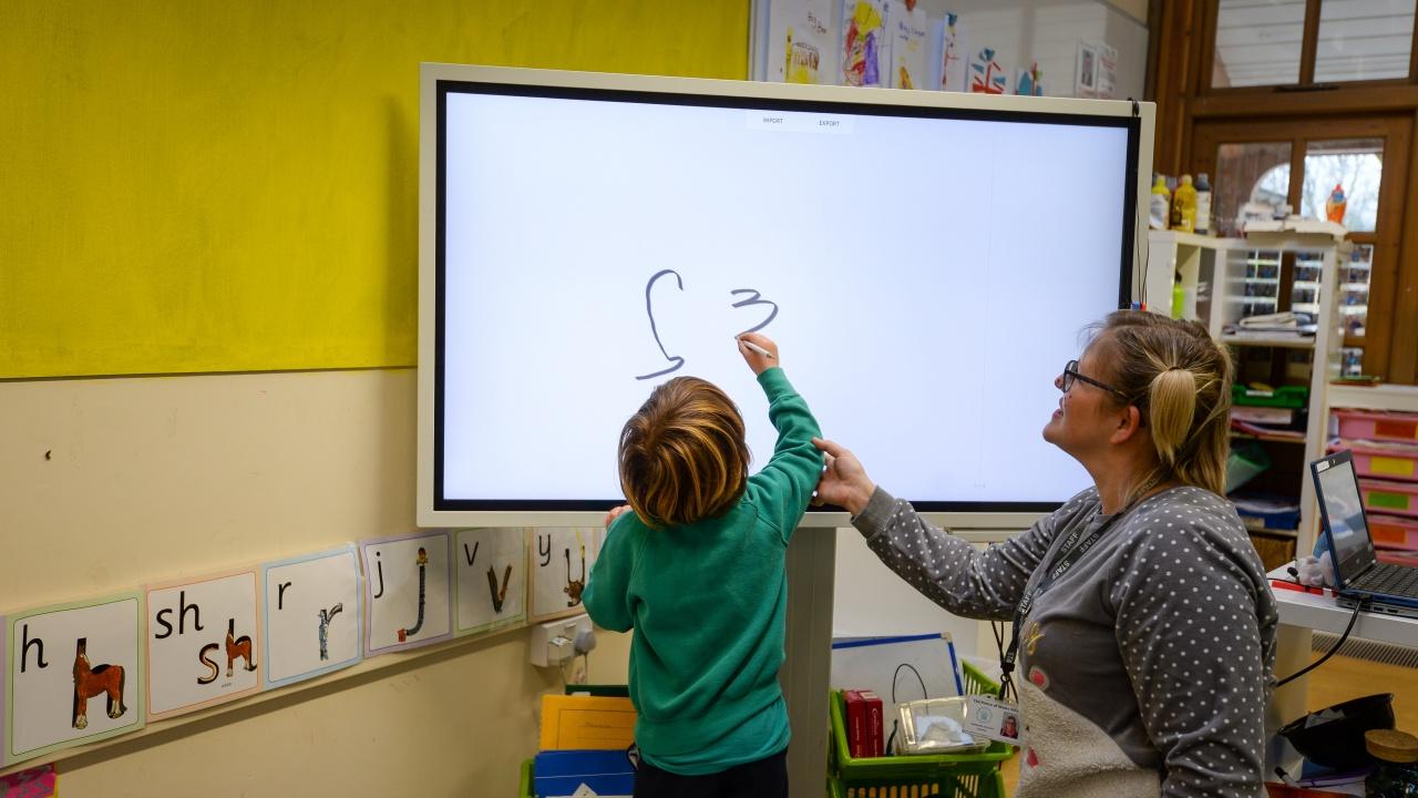 След локдауна: Отварят училищата в Англия