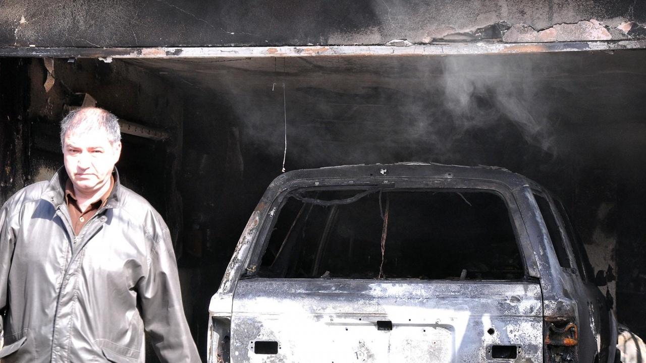 Запалиха колата на журналист от Червен бряг?