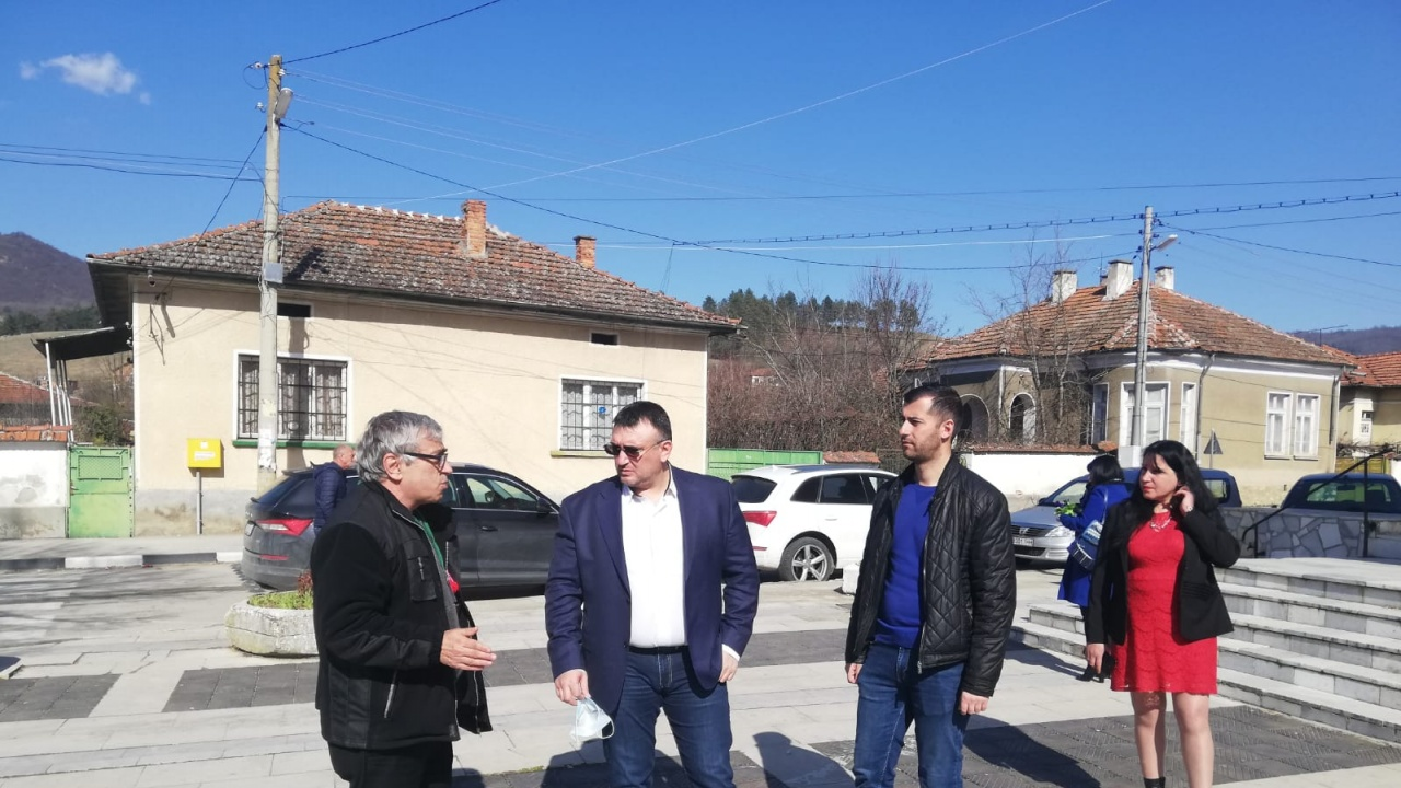 Младен Маринов се срещна с жители на ботевградските села Радотина и Новачене