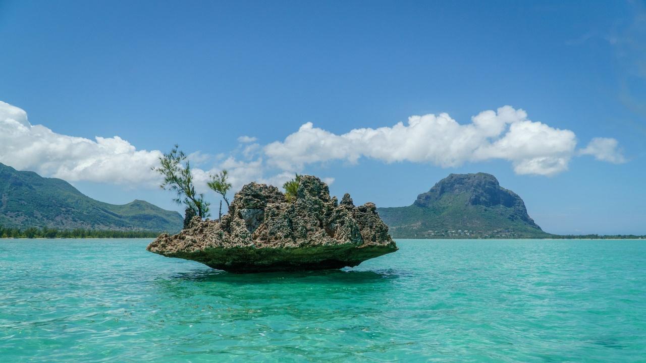 Кораб със 130 тона мазут заседна на брега близо до столицата на остров Мавриций