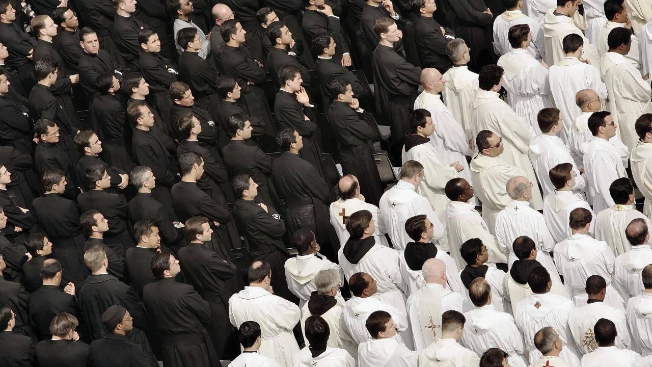 10 души паднаха от втория етаж при масов бой на свещеници