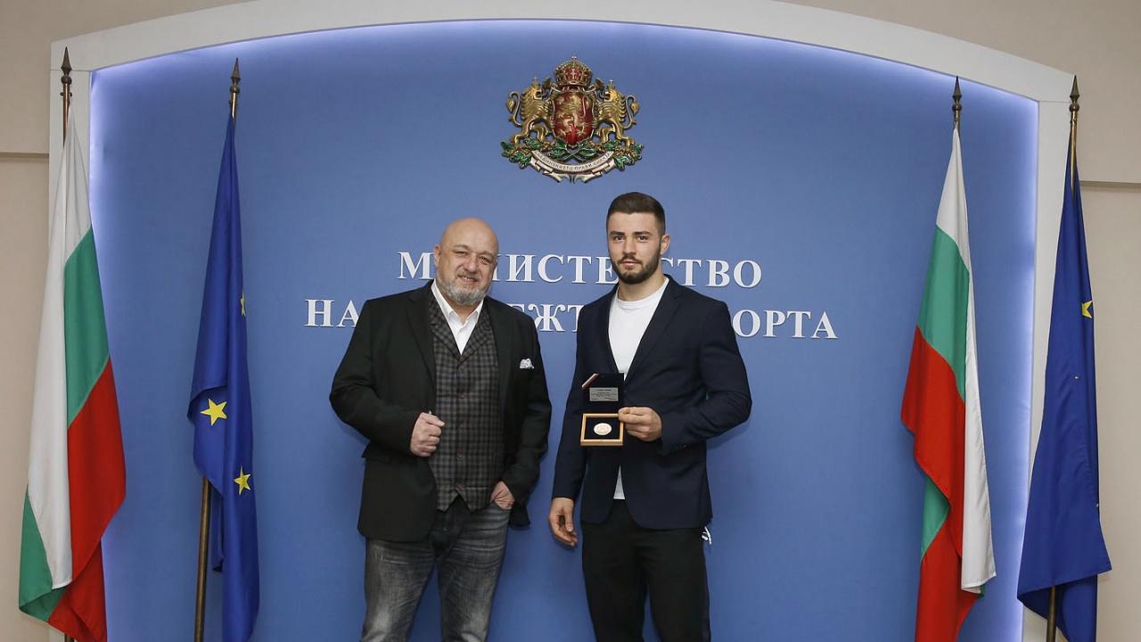 Министър Кралев награди Борис Георгиев за сребърния медал от Ташкент