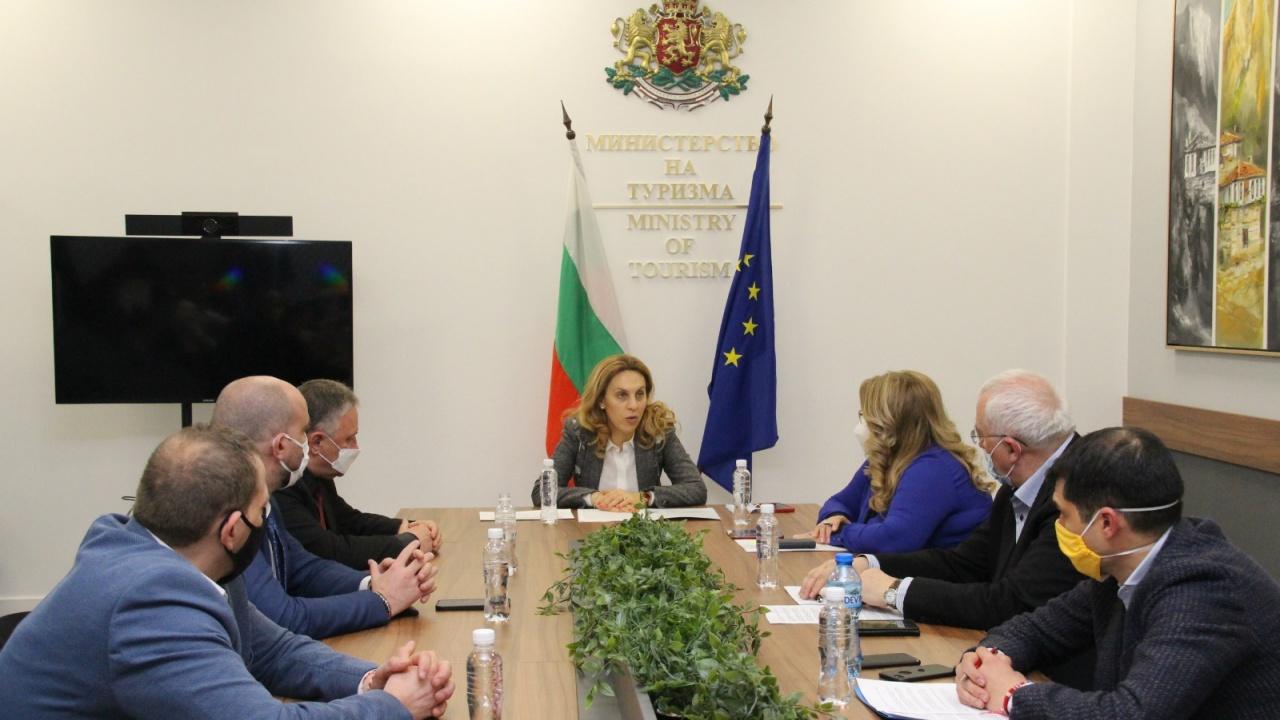 Марияна Николова проведе работна среща с представители на туристическия бизнес и МВнР