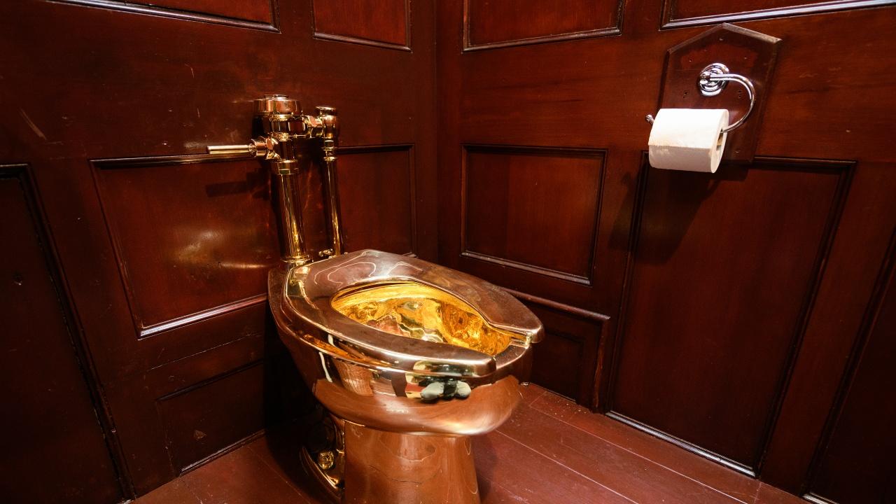 Руски министър кътал пачки в тоалетна