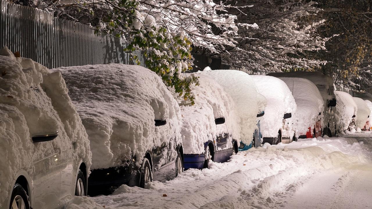 Жълт код за снеговалежи и навявания за 14 области утре