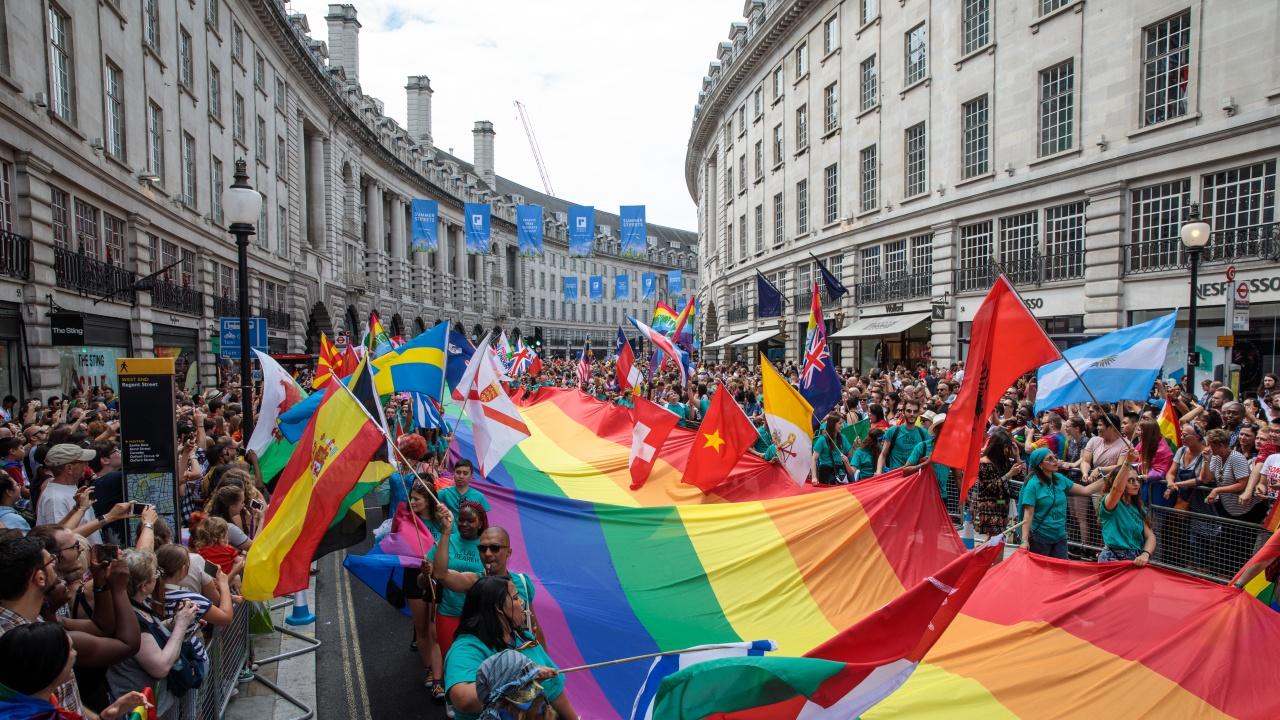 """Евродепутатите обявиха ЕС за """"зона на свобода"""" за хората от ЛГБТ общността"""