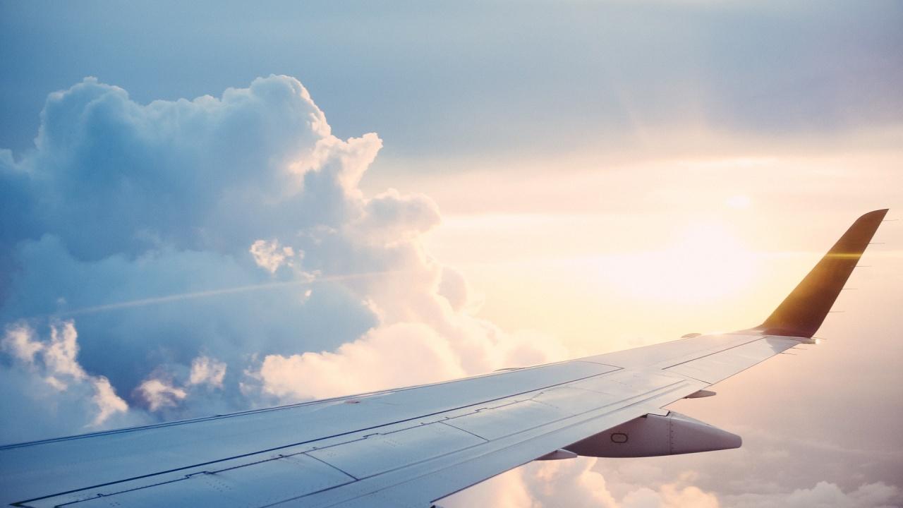 Товарен самолет кацна аварийно на летището в Богота, след като част от двигател се откъсна