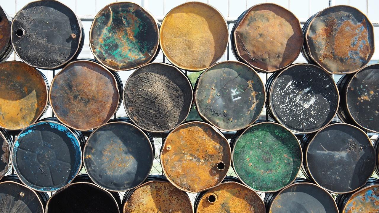 Петролът леко поевтиня