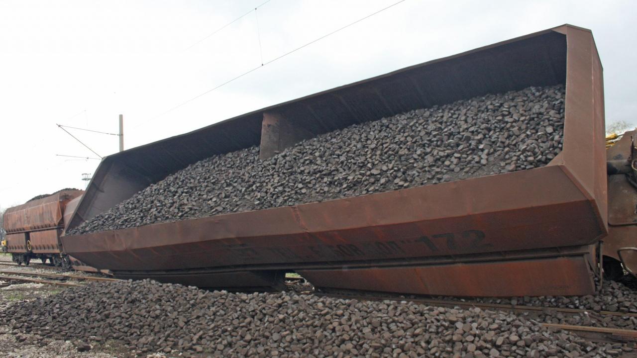 Товарен влак дерайлира и блокира движението по подбалканската линия