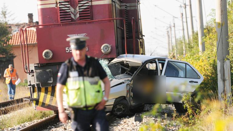 Шофьорка опита да изпревари влак, сега се борят за живота ѝ
