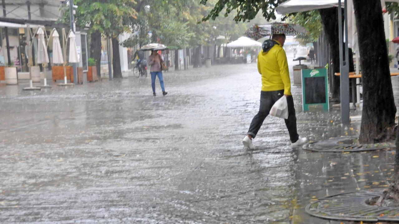 Жълт код за значителни валежи и силен вятър за 18 области в страната