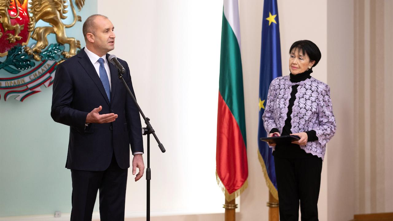 Румен Радев удостои с Почетния знак на президента проф. Жени Захариева