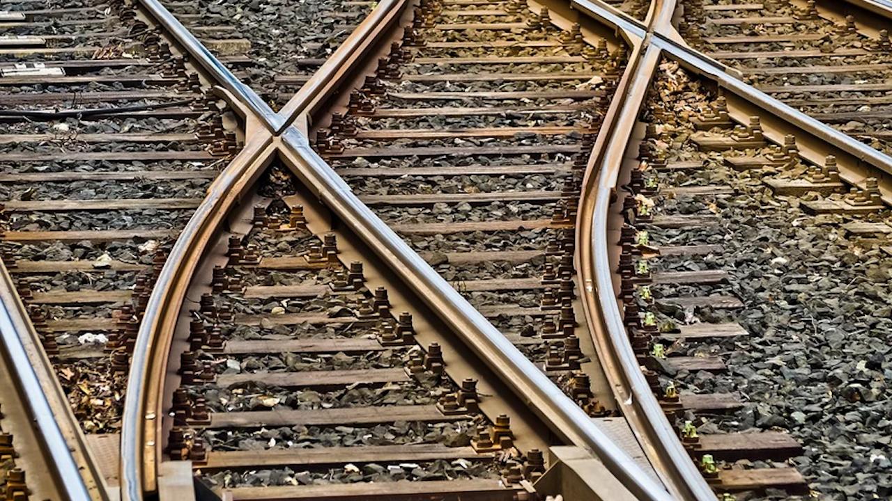 Най-натовареният европейски маршрут за товарни влакове е блокиран след свлачище