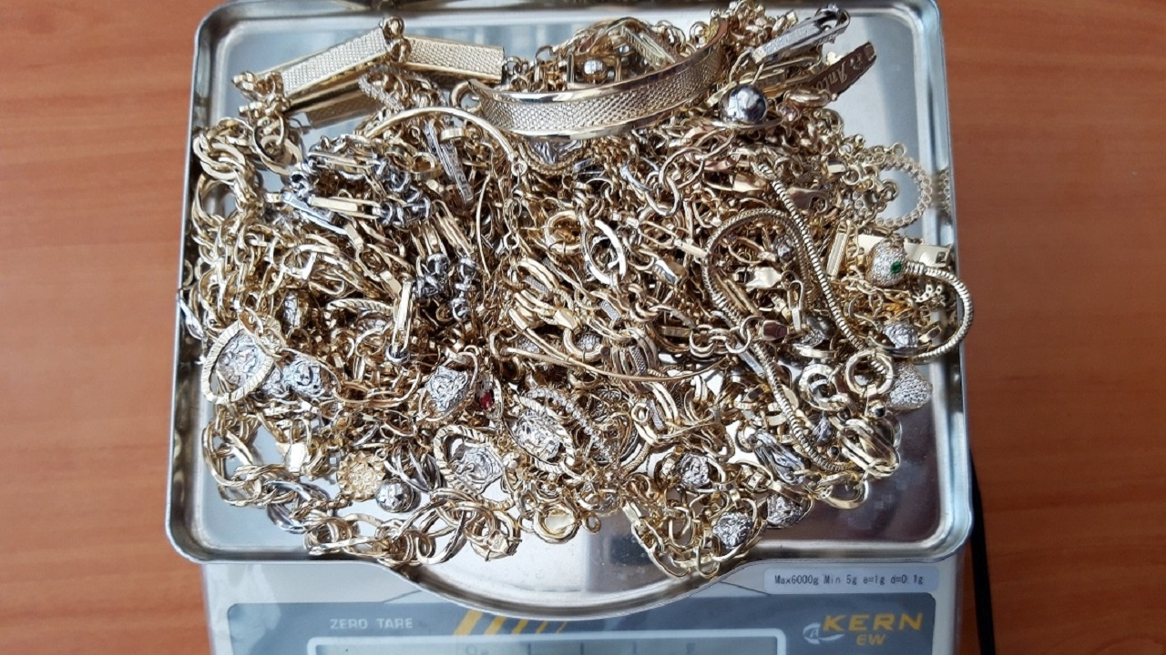 Контрабандисти натъпкаха накити за 12 бона в кутии от баклава и чанта