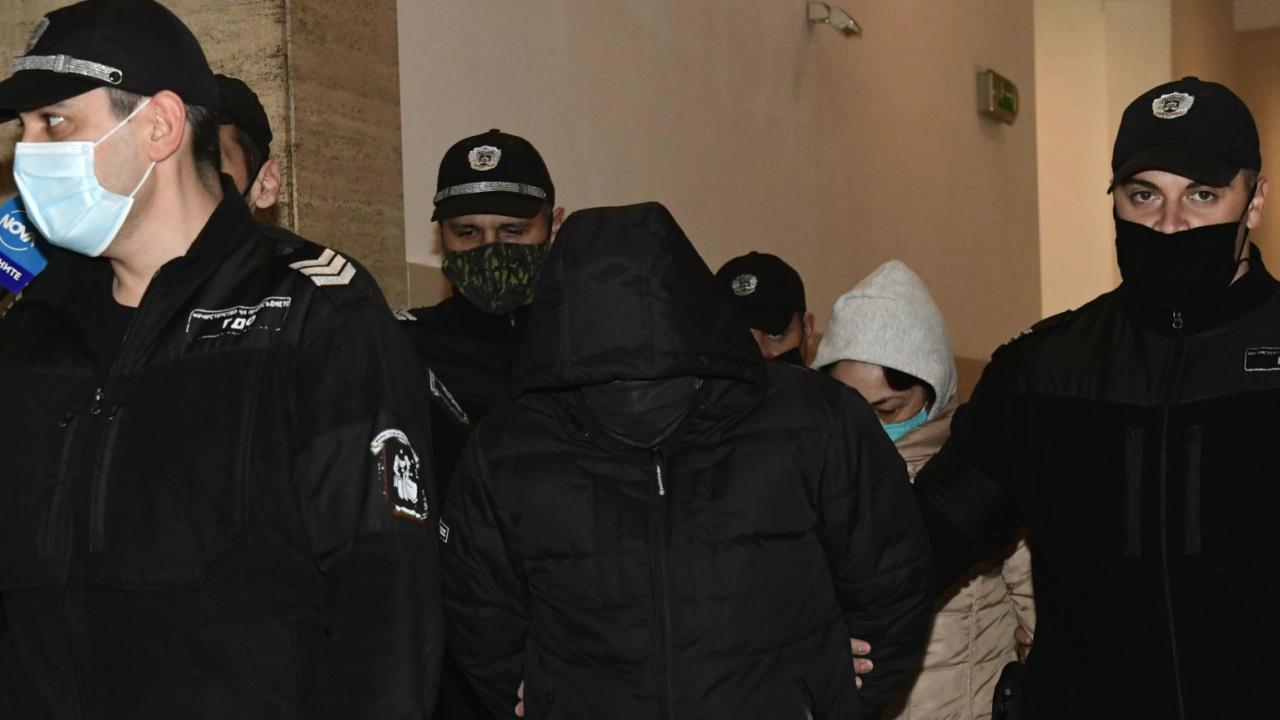 Съдът пусна двамата задържани за милионите фалшиви евро и долари