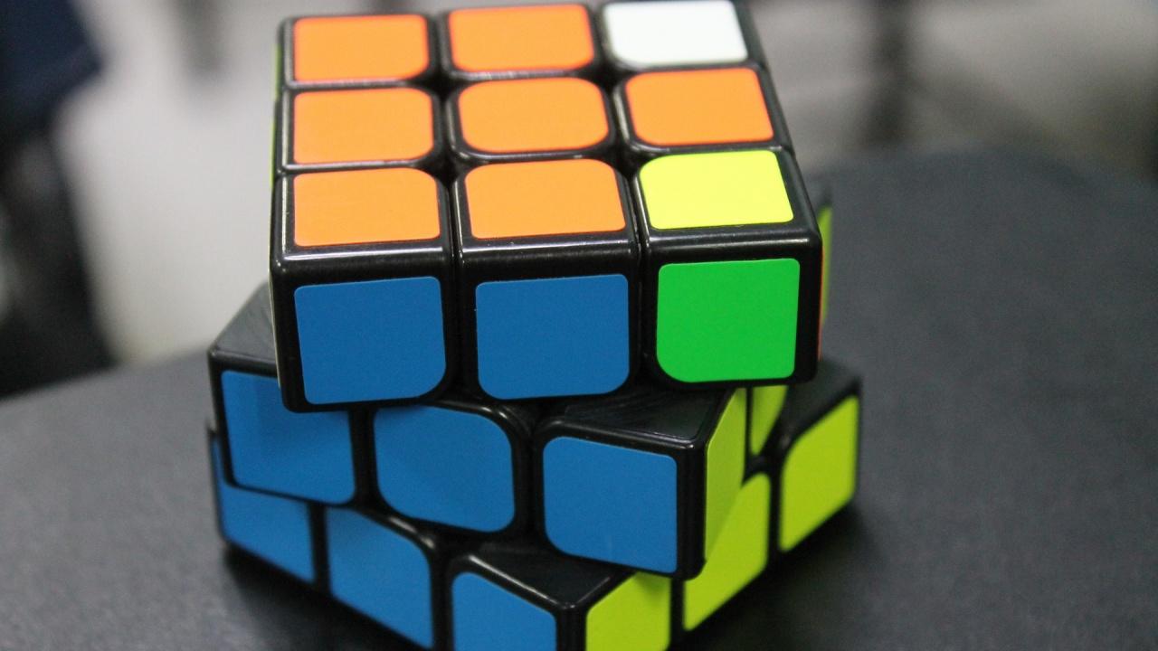 Индийско дете постави Гинес рекорд за едновременно подреждане на 3 кубчета на Рубик