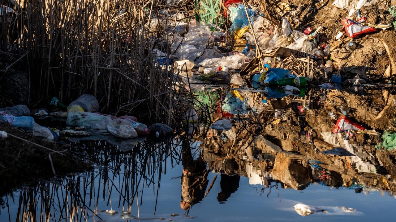 Тонове боклук замърсява поречието на Места