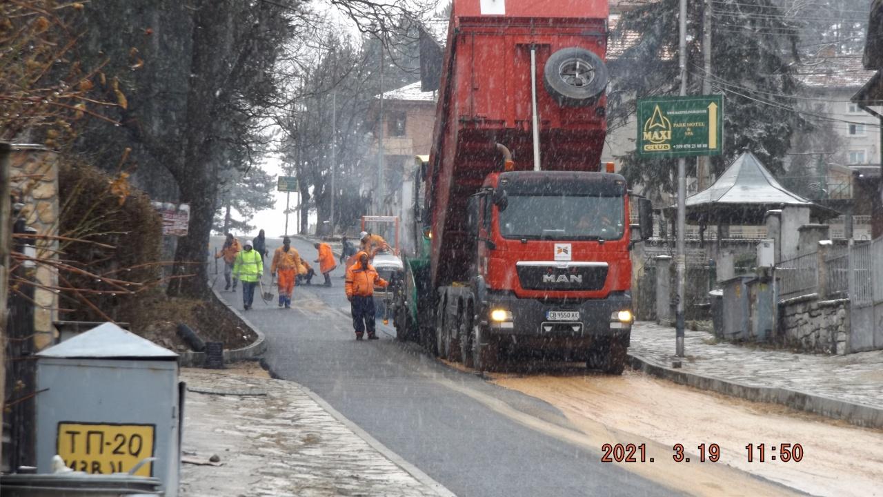 Строителен парадокс във Велинград: Полагат асфалт при обилен снеговалеж