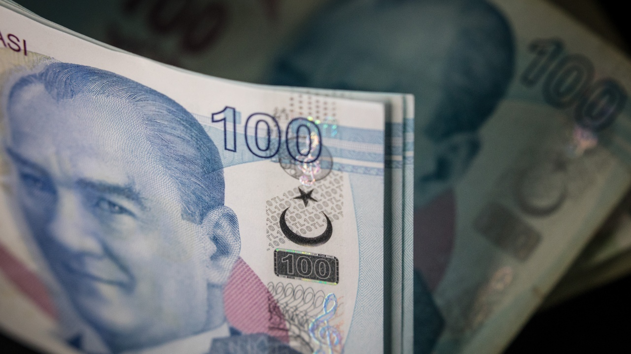 Турската лира с нов спад, този път след уволнението на шефа на централната банка