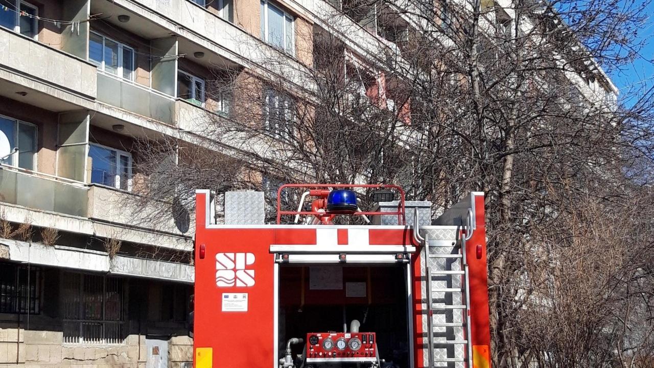 Пожарникари спасиха пенсионер, висял от тераса във Варна