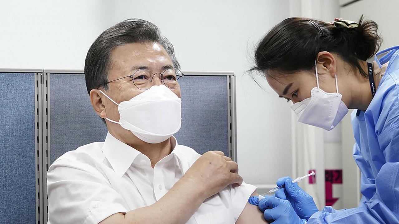 """Президентът на Южна Корея се ваксинира с """"АстраЗенека"""""""