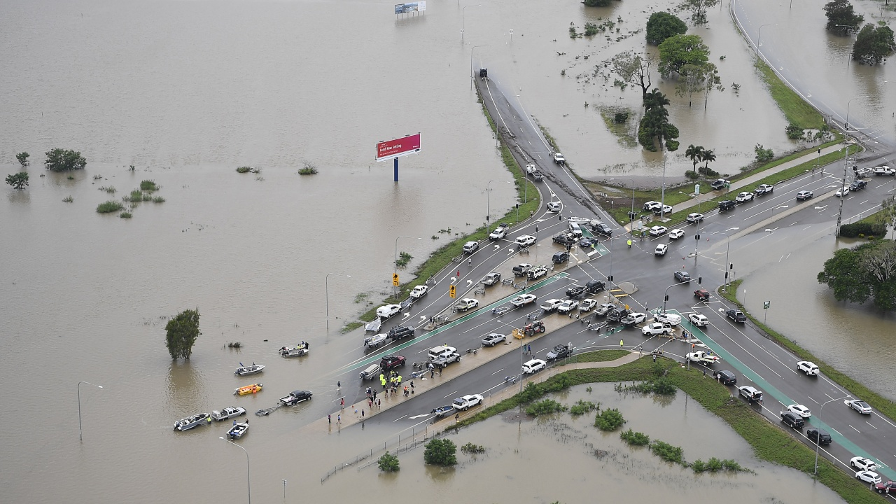 Хиляди хора са евакуирани заради най-тежките наводнения в Австралия от над половин век
