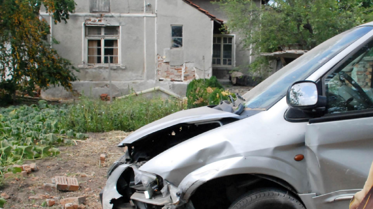 """Кола """"летя"""" в село Буковец, две момчета пострадаха"""