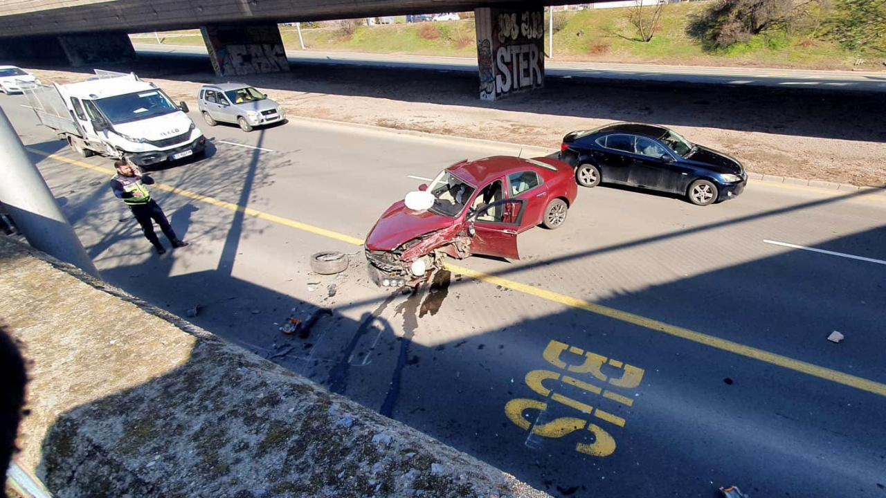 Автомобил се заби в моста на НДК