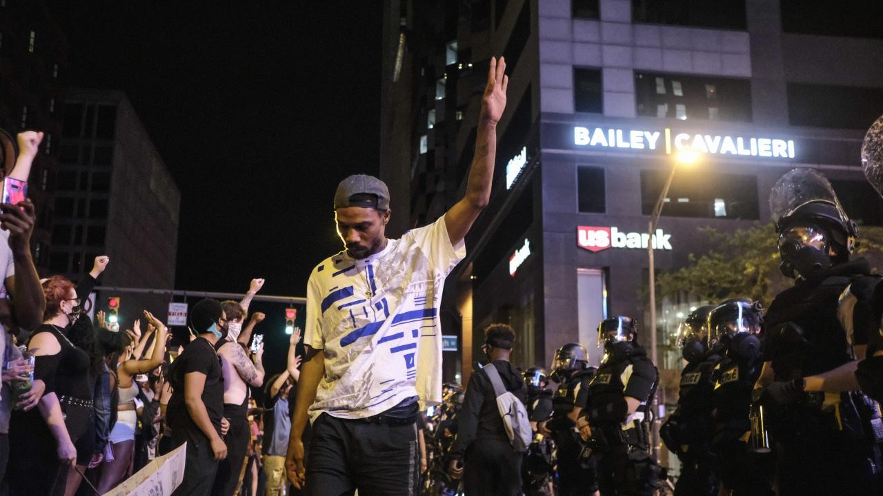 В Минеаполис въоръжени чернокожи мъже кръстосват улиците, за да защитават афроамериканците