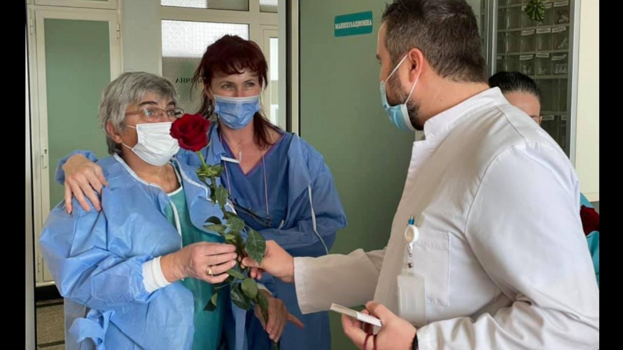"""Духовници занесоха червени рози на рабощите в """"Пирогов"""" жени"""