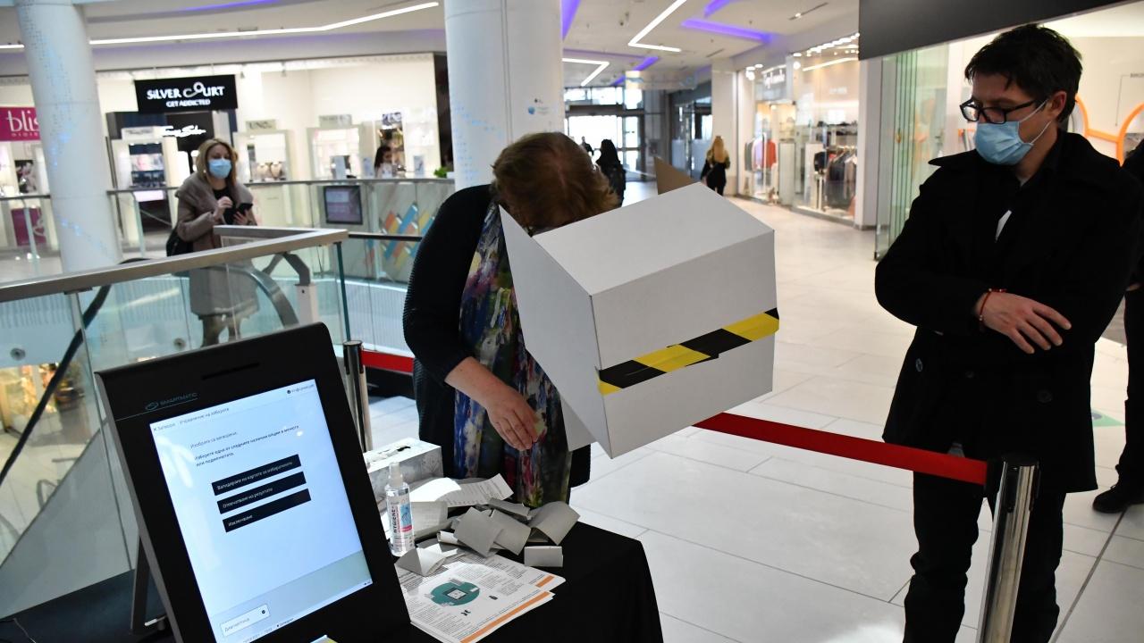 Техници се оплакват, че няма да могат да гласуват, ангажирани са с машините за вота