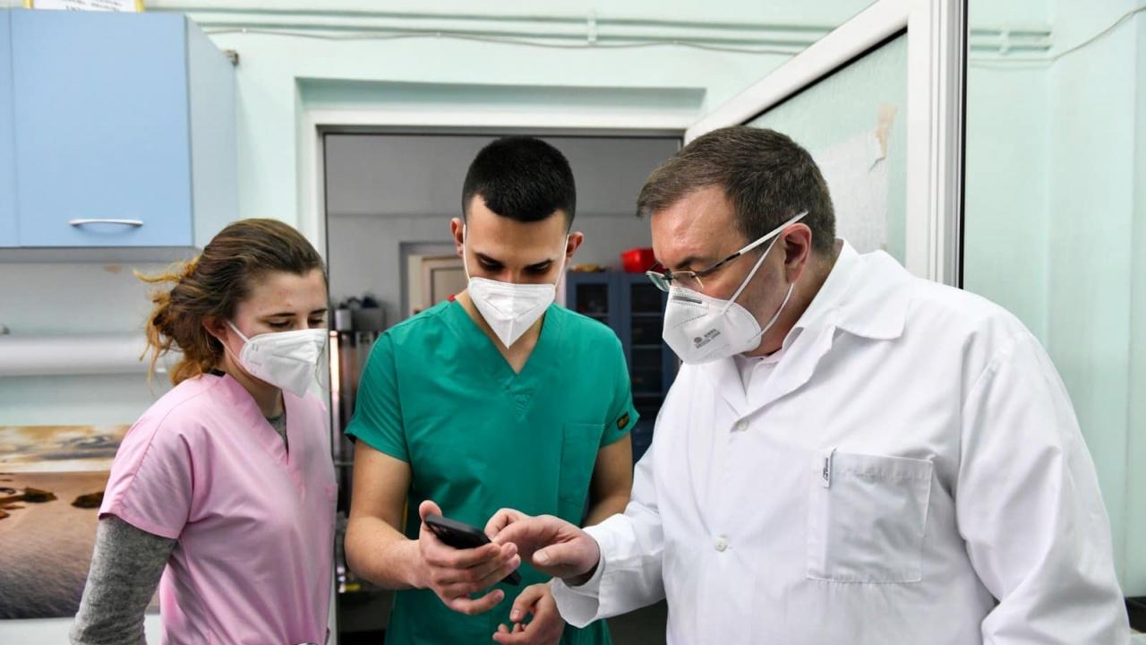 Проф. Ангелов се възхити от студенти на първа линия в борбата с COVID-19