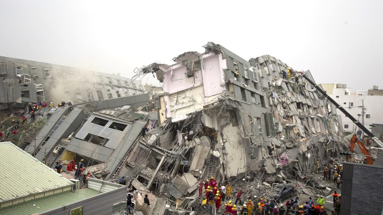 Няма данни за пострадали български граждани при рухването на сградата в Кайро