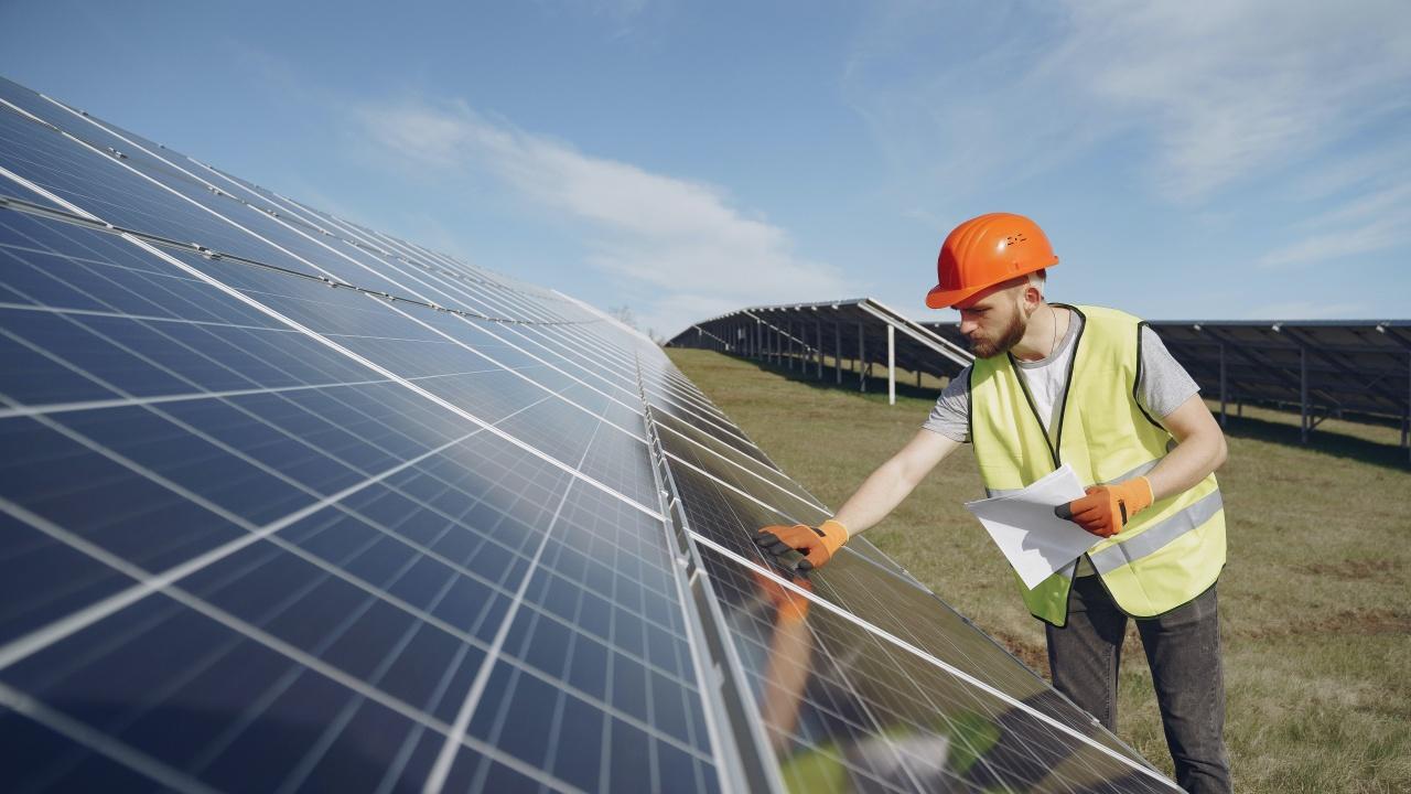 Учени създадоха улавяща светлината боя за слънчеви панели