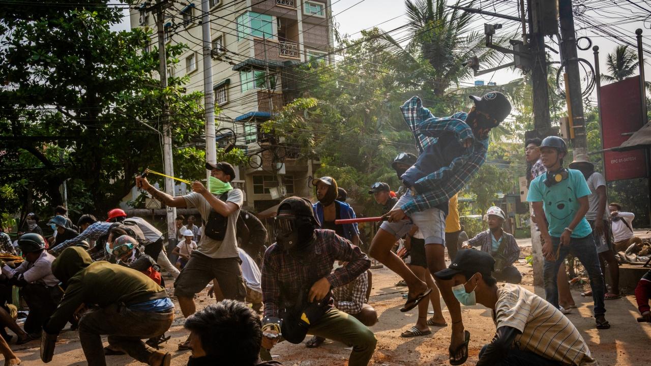 Нови протести в Мианма ден след като силите за сигурност убиха над 100 души