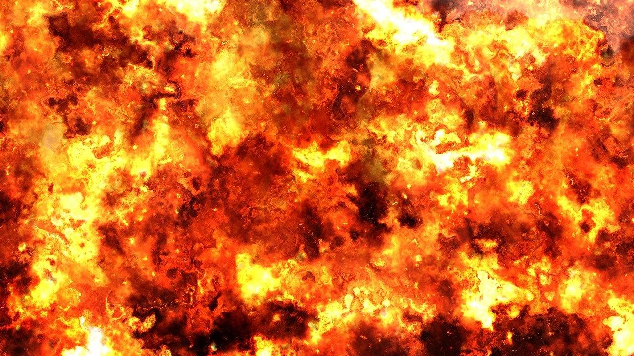Експлозия предизвика голям пожар в индонезийска петролна рафинерия