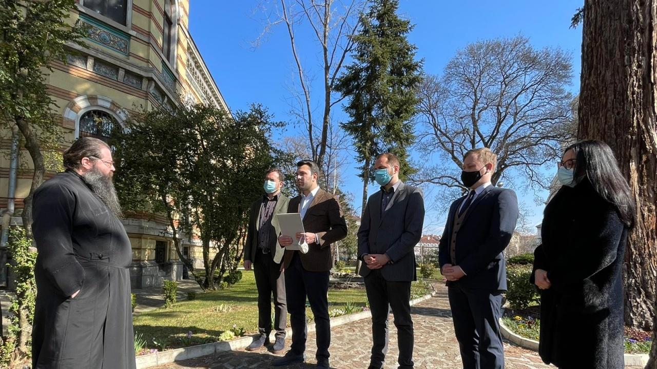 Протест пред дома на Борисов разгневи ГЕРБ: Архимандрит Дионисий е сатанист