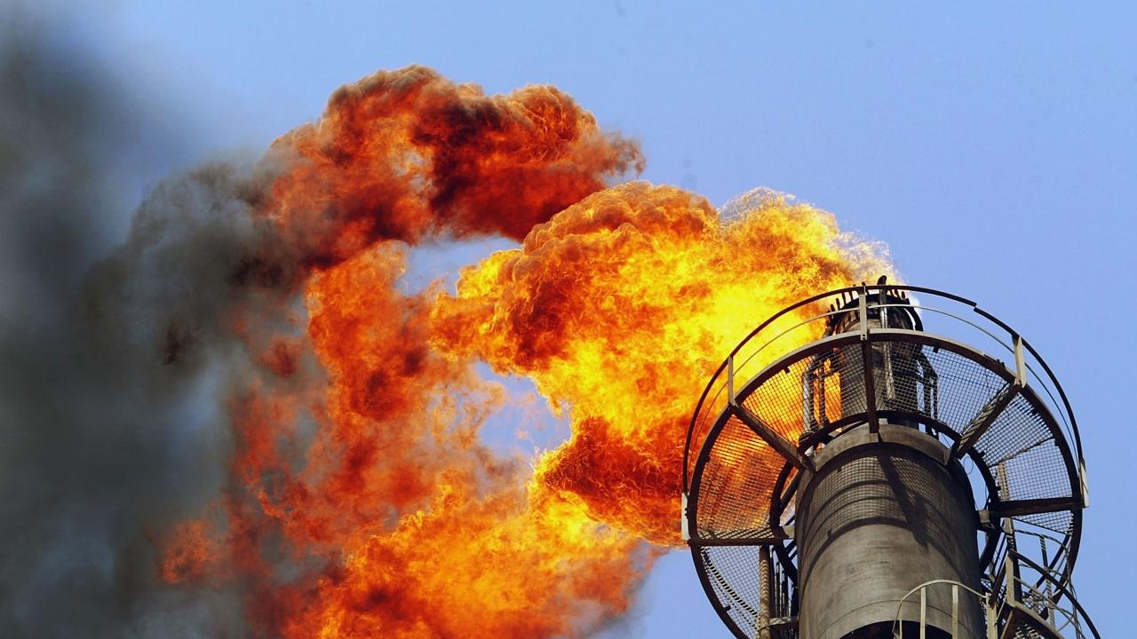 Трима души се водят за изчезнали при пожара в петролна рафинерия в Индонезия