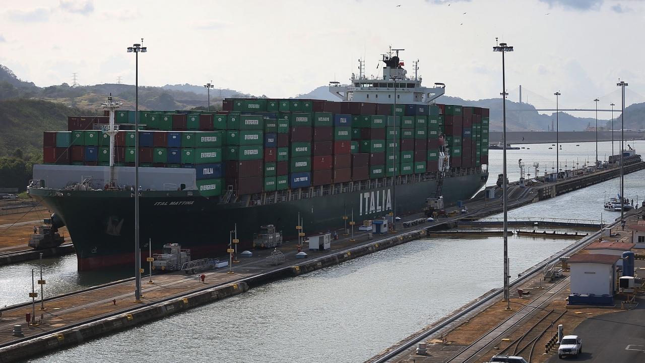 Над 400 кораба чакат да преминат през Суецкия канал
