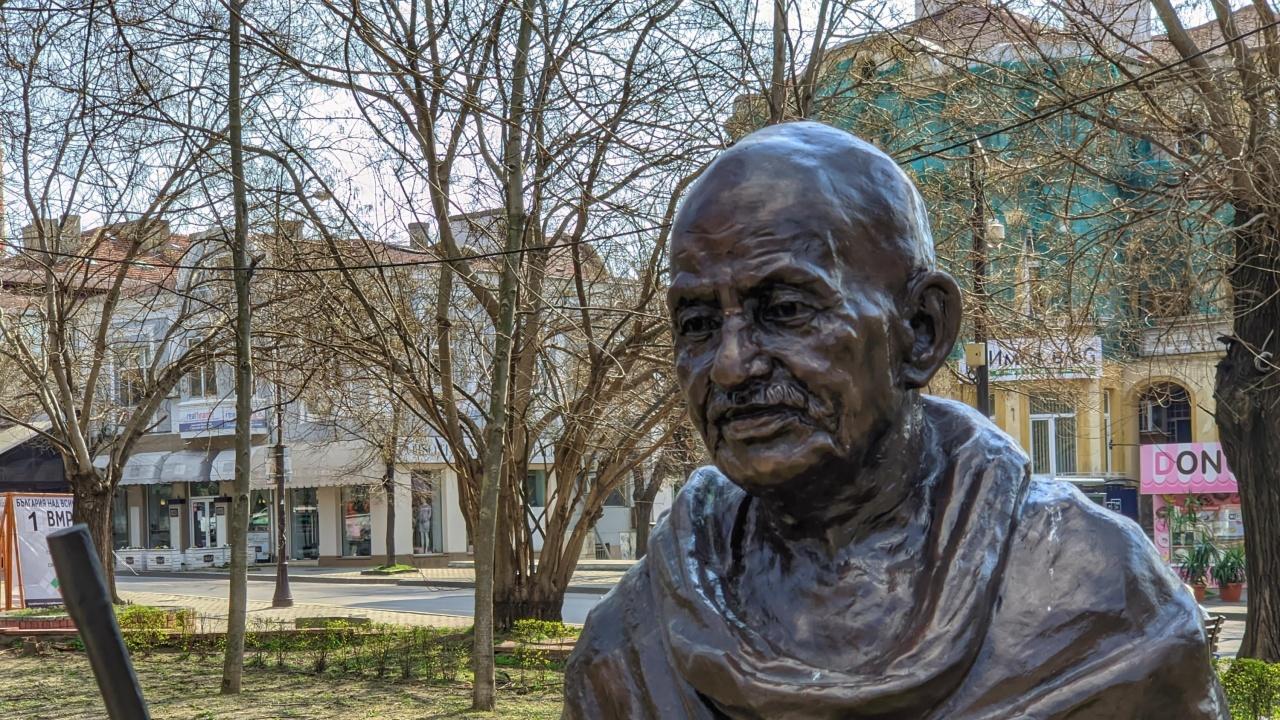 Откраднаха очилата на Махатма Ганди във Варна