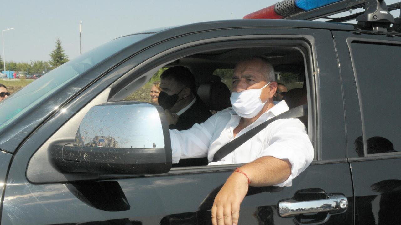 Премиерът се появи като неочакван спасител на пътя и помогна на възрастна жена