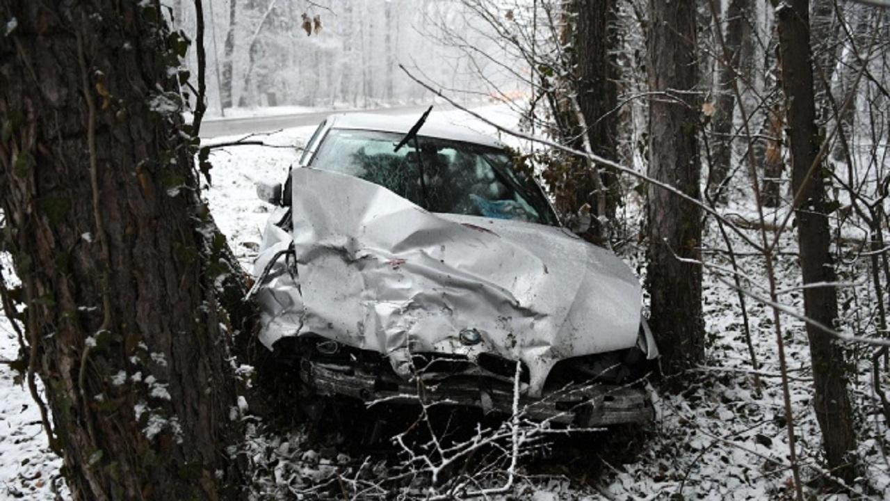 Младеж заби колата си в дърво и полетя