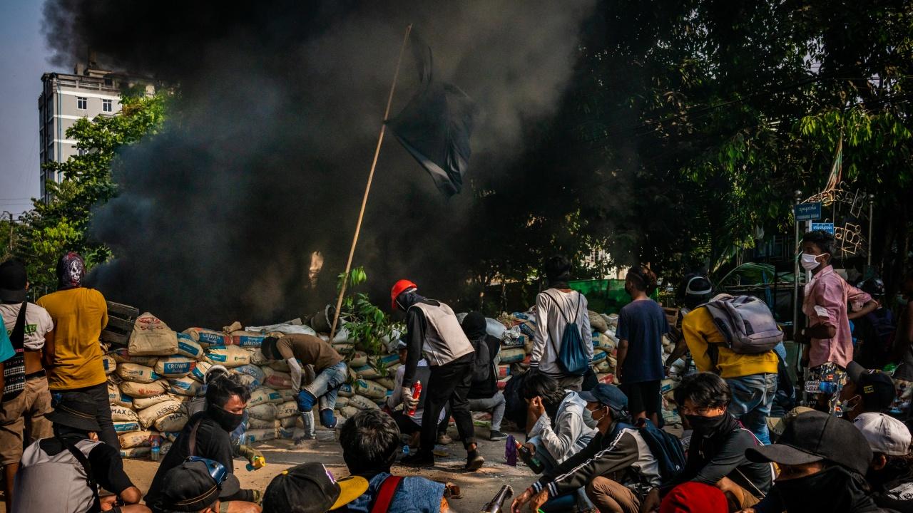 Протестиращи в Мианма изгориха екземпляри от военната конституция
