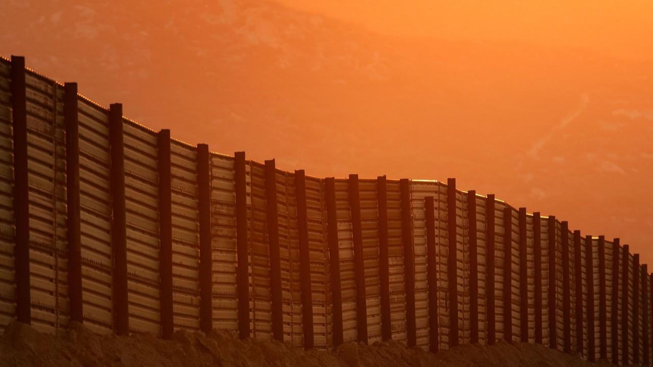 Трафиканти хвърлят деца от 4-метровата стена между САЩ и Мексико