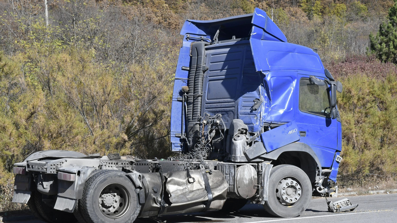 Катастрофа на два тира блокира пътя Велико Търново-Русе при Самоводене